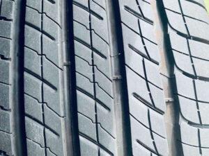 Tire tread with wear indicator bars